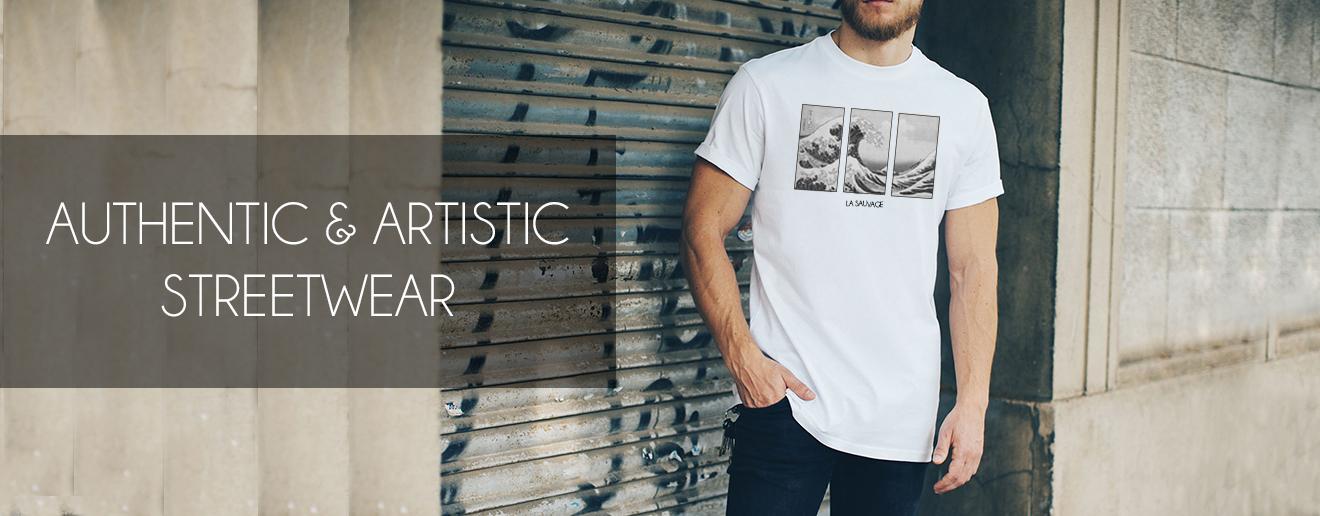 Man met wit La Sauvage t-shirt aan. Staat voor een garage met graffiti. Afbeelding van de golf van Kanagawa
